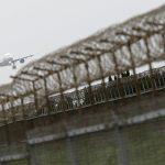 下載自路透 A EVA Airways passenger flight, owned by the Evergreen Group, lands at Taoyuan International Airport, northern Taiwan, March 14, 2016. REUTERS/Tyrone Siu  - RTSAZLM