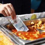 下載自路透 Bank of England governor Mark Carney tests a new polymer five pound note as he buys lunch at Whitecross Street Market in London, Britain September 13, 2016. REUTERS/Stefan Wermuth - RTSNIXV