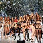 下載自路透 Models celebrate at the end of the 2016 Victoria's Secret Fashion Show at the Grand Palais in Paris, France, November 30, 2016.  REUTERS/Charles Platiau   FOR EDITORIAL USE ONLY. NOT FOR SALE FOR MARKETING OR ADVERTISING CAMPAIGNS - RTSU3AA