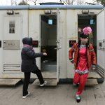 圖片來源:《達志影像》 圖片取自路透社 A male folk artist (R) dressed as a traditional Chinese woman walks out of a mobile toilet ahead of a performance at a Spring Festival Temple Fair on the fifth day of the Chinese Lunar New Year at Longtan Park in Beijing February 14, 2013. The Lunar New Year, or Spring Festival, began on February 10 and marks the start of the Year of the Snake, according to the Chinese zodiac. REUTERS/Jason Lee (CHINA - Tags: SOCIETY ANNIVERSARY) - RTR3DRME