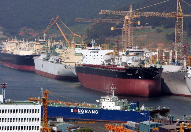 圖片來源:《達志影像》 圖片取自路透社 Okpo shipyard of South Korea's Daewoo Shipbuilding & Marine Engineering (DSME) is seen in Koeje island.  Okpo shipyard of South Korea's Daewoo Shipbuilding & Marine Engineering (DSME) is seen in Koeje island of South Kyongsang province, about 470 km (292 miles) southeast of Seoul, May 17, 2005. The DSME is the world's second largest shipyard. REUTERS/Lee Jae-Won - RTRBF8T