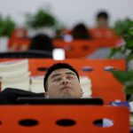 """圖片來源:《達志影像》 圖片取自路透社 Cui Meng, a Co-founder of Goopal Group, takes a nap in his seat after lunch, in Beijing, China, April 21, 2016. Office workers sleeping on the job is a common sight in China, where a surplus of cheap labour can lead to downtime at work. But in China's technology sector, where business is growing faster than many start-up firms can hire new staff, workers burn the midnight oil to meet deadlines and compete with their rivals. Some companies provide sleeping areas and beds for workers to rest during late nights. REUTERS/Jason Lee       SEARCH """"JASON SLEEP"""" FOR THIS STORY. SEARCH """"THE WIDER IMAGE"""" FOR ALL STORIES   - RTX2DQ90"""