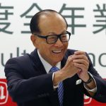 圖片來源:《達志影像》 圖片取自路透社 Hutchison Whampoa Ltd and Cheung Kong Holdings Chairman Li Ka-shing shares a Chinese New Year greeting to journalists at a news conference on the companies annual results in Hong Kong February 26, 2015.   REUTERS/Bobby Yip    (CHINA - Tags: BUSINESS) - RTR4R875