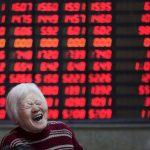 圖片來源:《達志影像》 圖片取自路透社 An investor reacts in front of an electronic board showing stock information at a brokerage house in Shanghai, China, March 7, 2016. REUTERS/Aly Song/File Photo - RTX2QMRI
