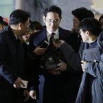 圖片來源:《達志影像》 圖片取自美聯社 Lee Jae-yong, center, vice chairman of Samsung Electronics, arrives to be questioned as a suspect in bribery case in the massive influence-peddling scandal that led to the president's impeachment at the office of the independent counsel in Seoul, South Korea, Thursday, Jan. 12, 2017. (AP Photo/Ahn Young-joon, Pool)