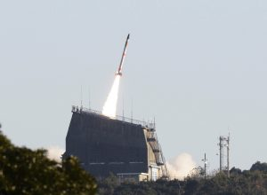 圖片來源:AP/達志影像;不得重複使用 The SS-520-4 mini rocket blasts off f from the Uchinoura Space Center in Kimotsuki, Kagoshima Prefecture on Jan. 15, 2017.  According to the Japan Aerospace Exploration Agency (JAXA),   the launch of  the world's smallest rocket carrying a satellite failed due to  a communication system trouble. ( The Yomiuri Shimbun via AP Images )