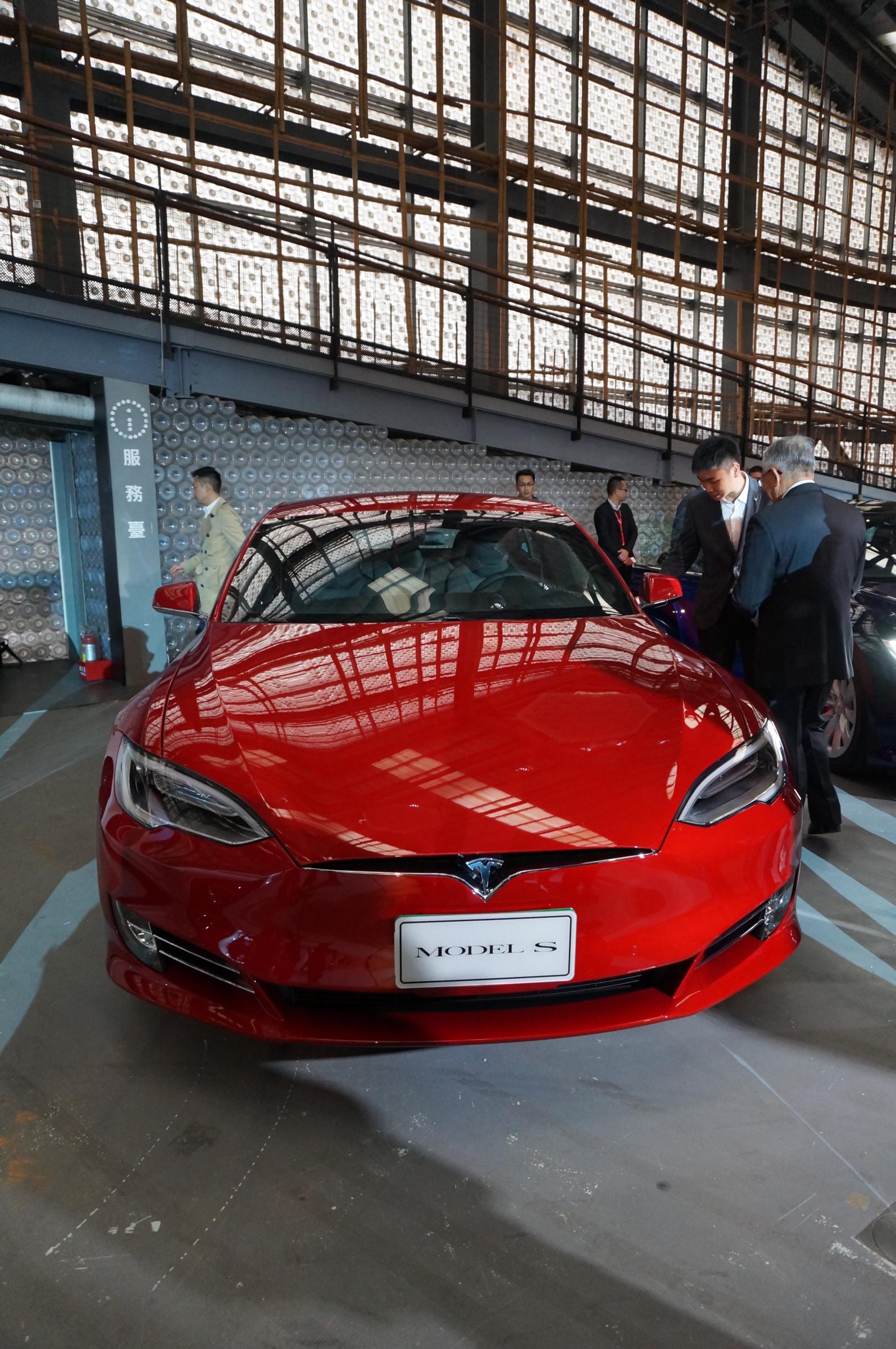 Tesla-Taiwan-first-car-owers2