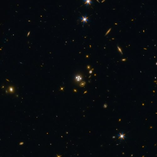 新聞稿 HE0435-1223, located in the centre of this wide-field image, is among the five best lensed quasars discovered to date. The foreground galaxy creates four almost evenly distributed images of the distant quasar around it.