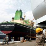 圖片來源:《達志影像》 圖片取自路透社 A worker works in Okpo shipyard of South Korea's Daewoo Shipbuilding & Marine Engineering (DSME) in Koeje island.  A worker works in Okpo shipyard of South Korea's Daewoo Shipbuilding & Marine Engineering (DSME) in Koeje island of South Kyongsang province, about 470 km (292 miles) southeast of Seoul, May 17, 2005. The DSME is the world's second largest shipyard. REUTERS/Lee Jae-Won - RTRBFA4