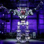 Jeff Bezos 坐上巨型機器人,開心的狂揮手、自封「鋼鐵國王」
