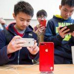 下載自路透 Customers take pictures of a red iPhone in an Apple store in Nanjing, Jiangsu province, China, March 25, 2017. Picture taken March 25, 2017.  REUTERS/Stringer ATTENTION EDITORS - THIS IMAGE WAS PROVIDED BY A THIRD PARTY. EDITORIAL USE ONLY. CHINA OUT. NO COMMERCIAL OR EDITORIAL SALES IN CHINA. - RTX32VGV