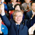 下載自路透 Moon Jae-in, the presidential candidate of the Democratic Party of Korea, poses for photographs as he watches a television report on an exit poll of the presidential election in Seoul, South Korea May 9, 2017. REUTERS/Kim Hong-Ji - RTS15TJ3