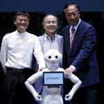 下載自路透 Masayoshi Son (C), Founder and Chief Executive Officer of Japan's SoftBank Corp., Terry Gou (R), Founder and Chairman of Taiwan's Foxconn Technology, and Jack Ma, Founder and Executive Chairman of China's Alibaba Group pose for pictures with SoftBank's human-like robots named 'pepper' during a news conference in Chiba, Japan, June 18, 2015. Japan's SoftBank Corp said on Thursday that it was setting up a joint venture with Alibaba and Foxconn Technology to sell its human-like robot Pepper to consumers around the world. REUTERS/Yuya Shino      TPX IMAGES OF THE DAY      - RTX1H06F