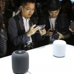 下載自美聯社 Visitors to the WWDC 2017 developers conference look at the new HomePod in San Jose, USA, 5 June 2017. As well as the Siri speaker, Apple presented new Macs, a new iPad Pro and several software updates. Photo by: Christoph Dernbach/picture-alliance/dpa/AP Images