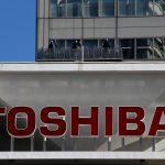下載自路透 The logo of Toshiba Corp is seen as window cleaners work on the company's headquarters in Tokyo, Japan, February 14, 2017. REUTERS/Toru Hanai TPX IMAGES OF THE DAY - RTSYJK2