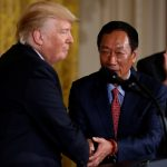 下載自路透 Foxconn Chairman Terry Gou (2nd R) shakes hands with U.S. President Donald Trump, flanked by House Speaker Paul Ryan (R-WI) (L) and Senator Ron Johnson (R-WI) (R), during a White House event where the Taiwanese electronics manufacturer announced plans to build a $10 billion dollar LCD display panel screen plant in Wisconsin, in Washington, U.S. July 26, 2017.  REUTERS/Jonathan Ernst - RTX3D24Z