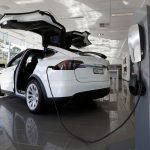 下載自路透社,請勿重複使用!!!  A Tesla wall connector demonstrates the charging at home of a Model X vehicle at a Tesla electric car dealership in Sydney, Australia, May 31, 2017.  REUTERS/Jason Reed - RTX38AWH