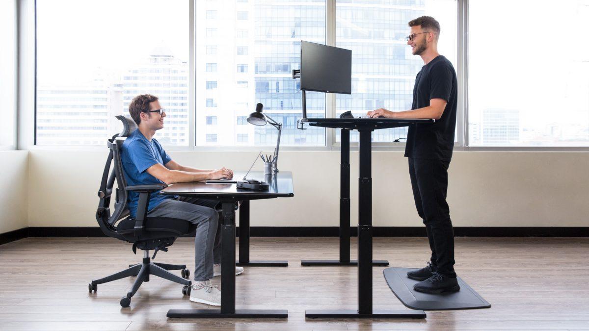 這款智慧辦公桌不僅站坐由你,還內嵌一個智慧助手來照顧你的生活日常
