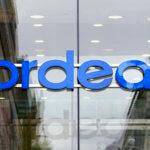 下載自路透社 The Nordea Bank logo hangs over one of their offices in Stockholm October 26, 2007. REUTERS/Bob Strong (Sweden) - GM1DWLNCWHAA