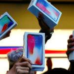下載自路透 The first customers to buy the iPhone X hold it aloft during the global launch of the new Apple product in central Sydney, Australia, November 3, 2017.     REUTERS/David Gray     TPX IMAGES OF THE DAY - RC1BD31923D0
