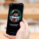 下載自路透社 A customer sets up his iPhone X Face ID during its launch at the Apple store in Singapore November 3, 2017. REUTERS/Edgar Su - RC176340BF90