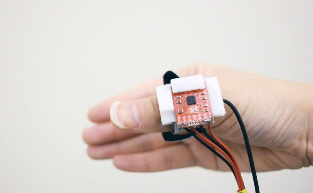 工程師開發穿戴式感測戒指,可隔空寫字回訊息、掛電話