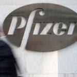 下載自路透 A man walks past Pfizer's world headquarters in New York April 28, 2014.  Pfizer Inc has approached U.S. cancer drug maker Medivation Inc to express interest in an acquisition, raising the possibility of a bid rivaling a $9.3 billion offer by Sanofi SA, people familiar with the matter said on May 3, 2016. REUTERS/Andrew Kelly/File Photo - S1BETCAXSBAA
