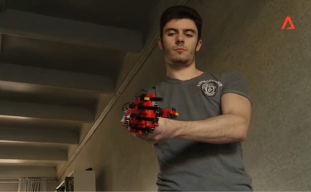 19 歲青年以樂高積木自製義肢