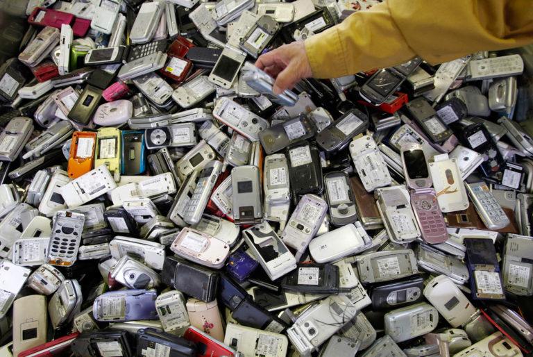 防盜銷定功反成障礙,完好的二手 iPhone 難回收利用只能拆解