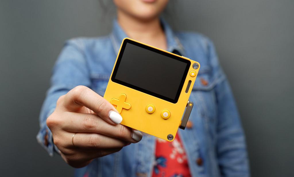 懷舊造型新玩法!掌上型遊戲機 Playdate 搭手搖把操控更有趣