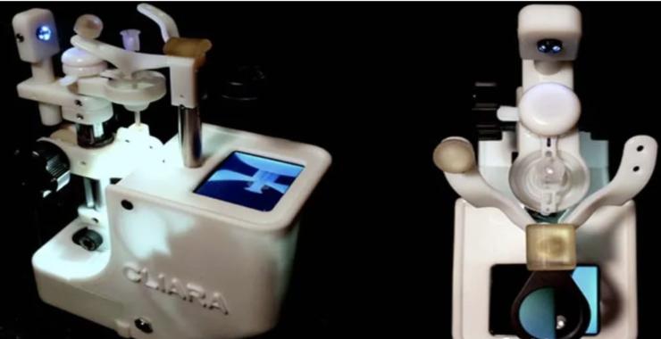移植角膜 3 次後,他發明聲控機器人戴拔隱形眼鏡